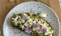 Bruschettas d'écrasé de fèves et fêta végétale