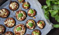 Mini-pizzas d'aubergine aux tomates confites, basilic et munster blanc