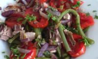 salade d'haricots verts et thon aux tomates et oignons grillés, sauce au yaourt
