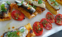 Petits feuilletés de sardines et tomates cerises