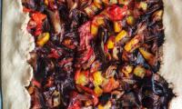 Tarte aux légumes d'été sur pâte sablée à l'huile de coco
