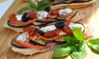 Bruschettas aux aubergines grillées, tomates, chorizo et mozzarella