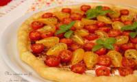Tarte feuilletée aux tomates cerise, fromage de chèvre et tapenade