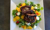 Salade aux pêches avec travers de porc aux 5 épices de Lorraine Pascale
