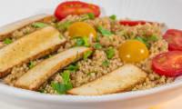 Quinoa au tofu fumé et aux tomates cerises