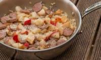 Risotto aux noix, saucisses et pommes