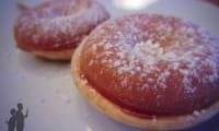 Donuts saupoudrés de sucre glace