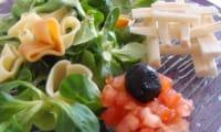 Salade de mâche, coeurs de palmier, pâtes et concassé de tomates