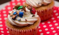 Cupcakes au beurre de cacahuètes et m&m's, topping chantilly