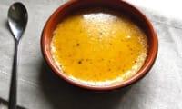 Crème brûlée à la fève tonka, noisettes et pamplemousse