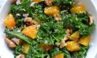 Salade de chou kale cru et courge butternut rôtie aux noix