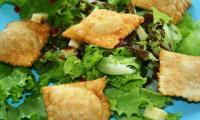 Salade aux ravioles de poulet frits