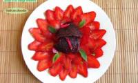 Carpaccio de fraises, sirop à la sauge ananas et tuile au chocolat