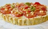 Tarte à la tomate, herbes fraîches et amandes
