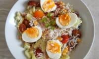 Salade composée au thon, olives noires, concombre, maïs, tomates