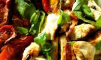Salade de poulet, tomates confites au four et basilic