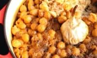 Riz au four aux pois chiches et aux raisins