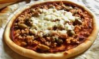 pizza al tonno e capperi, olive, mozzarella