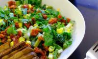 Salade multicolore et sauce crémeuse au sésame