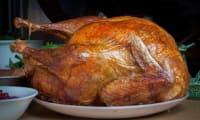 Dinde farcie à la viande, marrons, pruneaux, oeufs