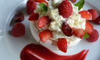 Demi-sphère meringuée aux fruits rouges