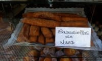 Casadielles, beignets frits, fourrés aux noix, noisettes, anis