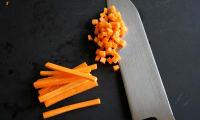 Tailler une brunoise de carotte