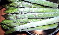 éplucher et cuire des asperges vertes surgelées