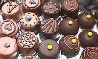 Trempage des bonbons dans le chocolat de couverture