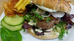 Hamburger à la grecque à la crème de Feta, concombre, tomate et coriandre