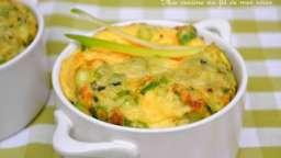 Omelette soufflée en cocottes aux jeunes oignons et à la ciboulette