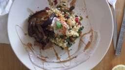 Salade citronnée de fregola et blettes colorées, aubergine grillée et sauce au yaourt et au sumac
