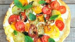Tarte aux tomates multicolores, chèvre, pignons de pin et basilic