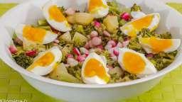 Salade de pommes de terre aux oeufs, brocolis et radis
