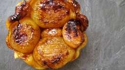 Tartelette Tatin d'ail et petits oignons jaunes