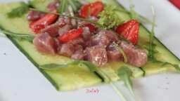 Tartare de thon aux fraises, concombre et roquette