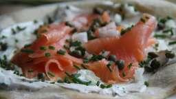Pizza fraîche au saumon fumé et aux câpres