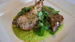Côtelettes d'agneau grillées, purée de petits pois, carottes, haricots mange-tout