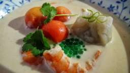 Soupe thaïe aux raviolis de crevettes