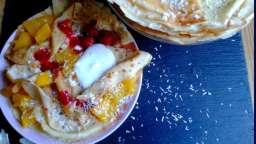 Crêpes au lait de coco, poêlée de mangues et chantilly de coco