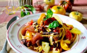 Pâtes fraiches au safran et sauce tomate câpres, amandes, croutons et basilic