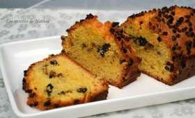 Cake aux éclats de cacao et mûres blanches séchées