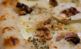 Pizza à la pomme, au chèvre, aux noix et au miel