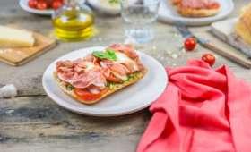 Tartines au jambon, pesto, tomates et mozzarella