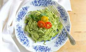 Spaghetti de courgettes au pesto d'avocat et tomates cerises