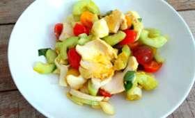Salade gourmande poulet, tomates, concombres, endives, mozzarella et curry