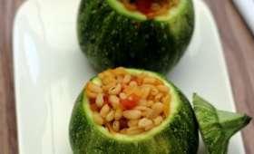 Courgettes rondes farcies au blé, poivron, tomates et oignon