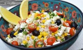 Salade de riz aux tomates cerise, maïs, olives et feta