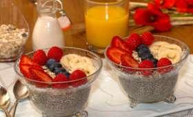 Verrines de graines de chia au muesli et petits fruits