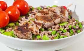 Brochettes de porc, salade aux trois riz, fèves et petits pois